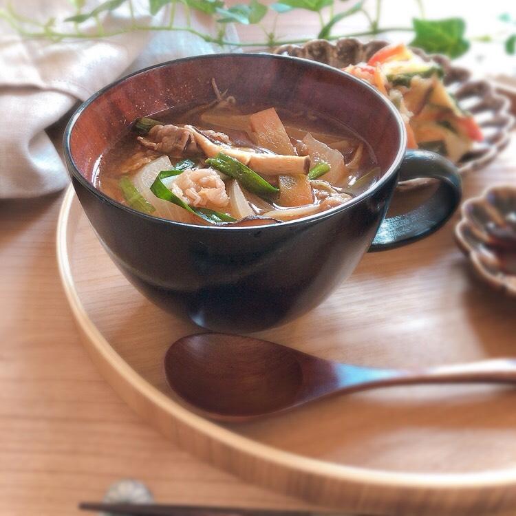 木製スープカップでユッケジャンスープ
